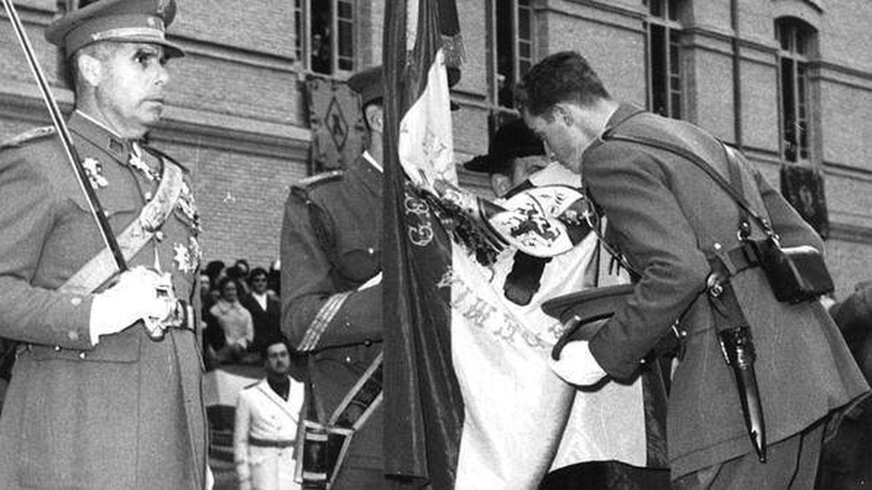 El príncipe Juan Carlos, jurando bandera en Zaragoza. (EFE)
