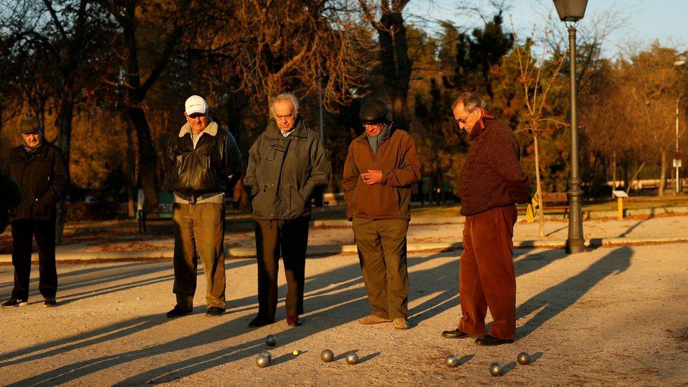 Foto: Varios jubilados echan una partida de petanca en Madrid. (Reuters)