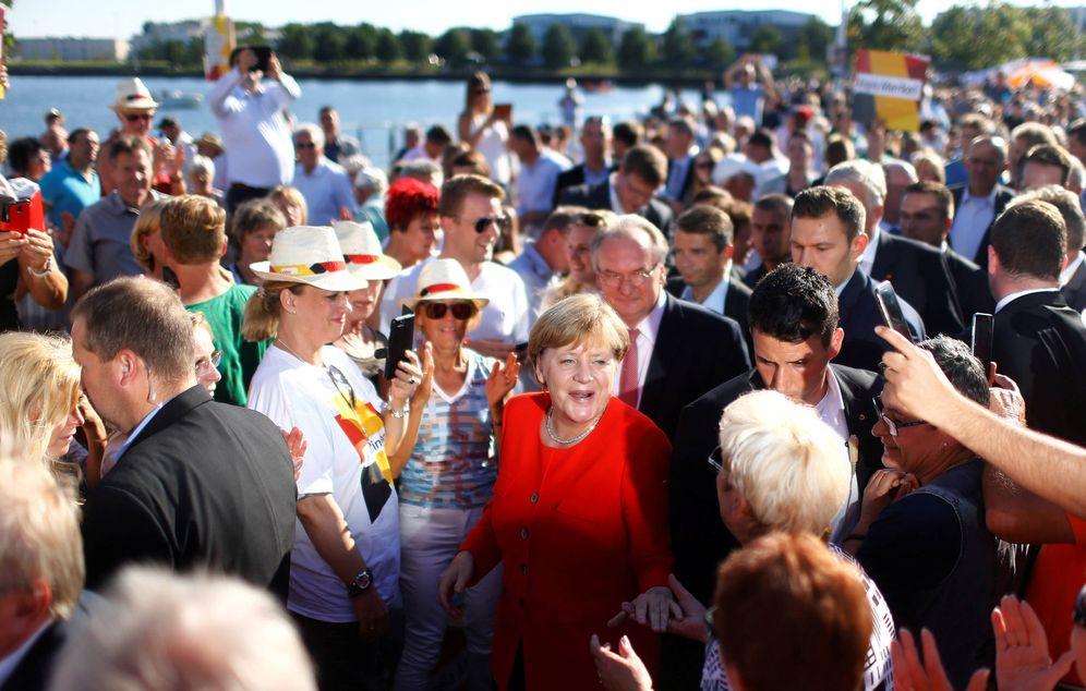 Foto: La canciller Angela Merkel saluda a simpatizantes durante un mitin de campaña en Bitterfeld-Wolfen, Alemania. (Reuters)