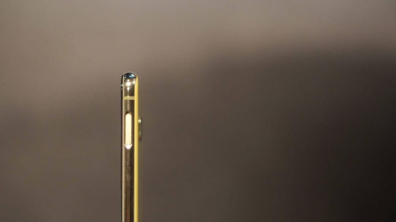 El lector de huellas está en la parte lateral del Galaxy S10e. (M. Mcloughlin)