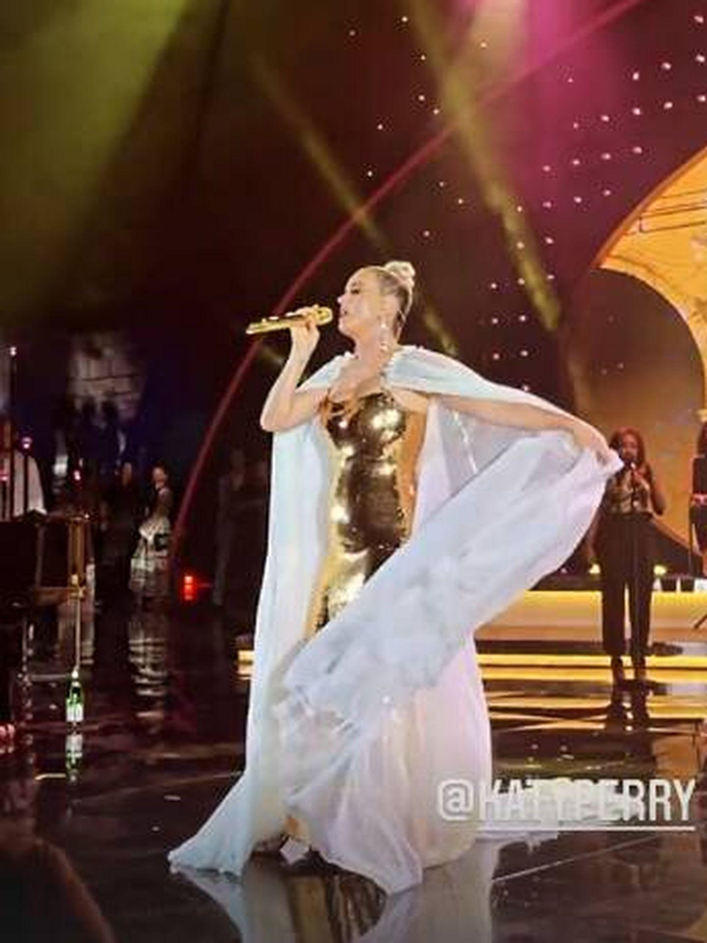 Katy Perry durante su actuación en la gala benéfica. (IG)