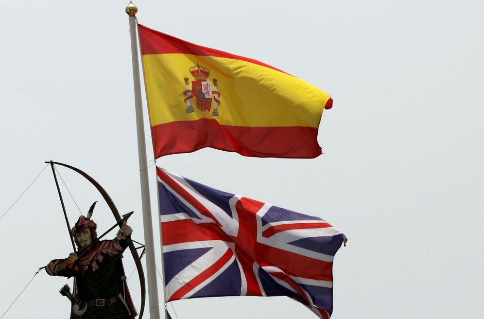 Foto: Bandera española y británica sobre un restaurante en Estepona. (Reuters)
