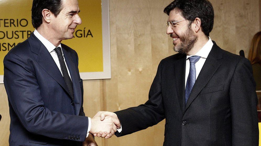 Foto: El exministro de Industria, Energía y Turismo, José Manuel Soria (i), felicita al secretario de Estado de Energía en funciones, Alberto Nadal