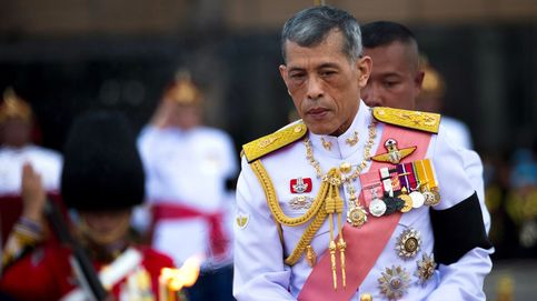 La última locura del rey de Tailandia en Alemania: pilota un avión de forma peligrosa