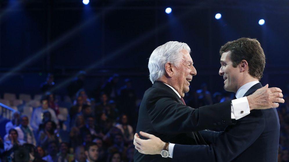 Foto: Pablo Casado y Mario Vargas Llosa. (EFE)