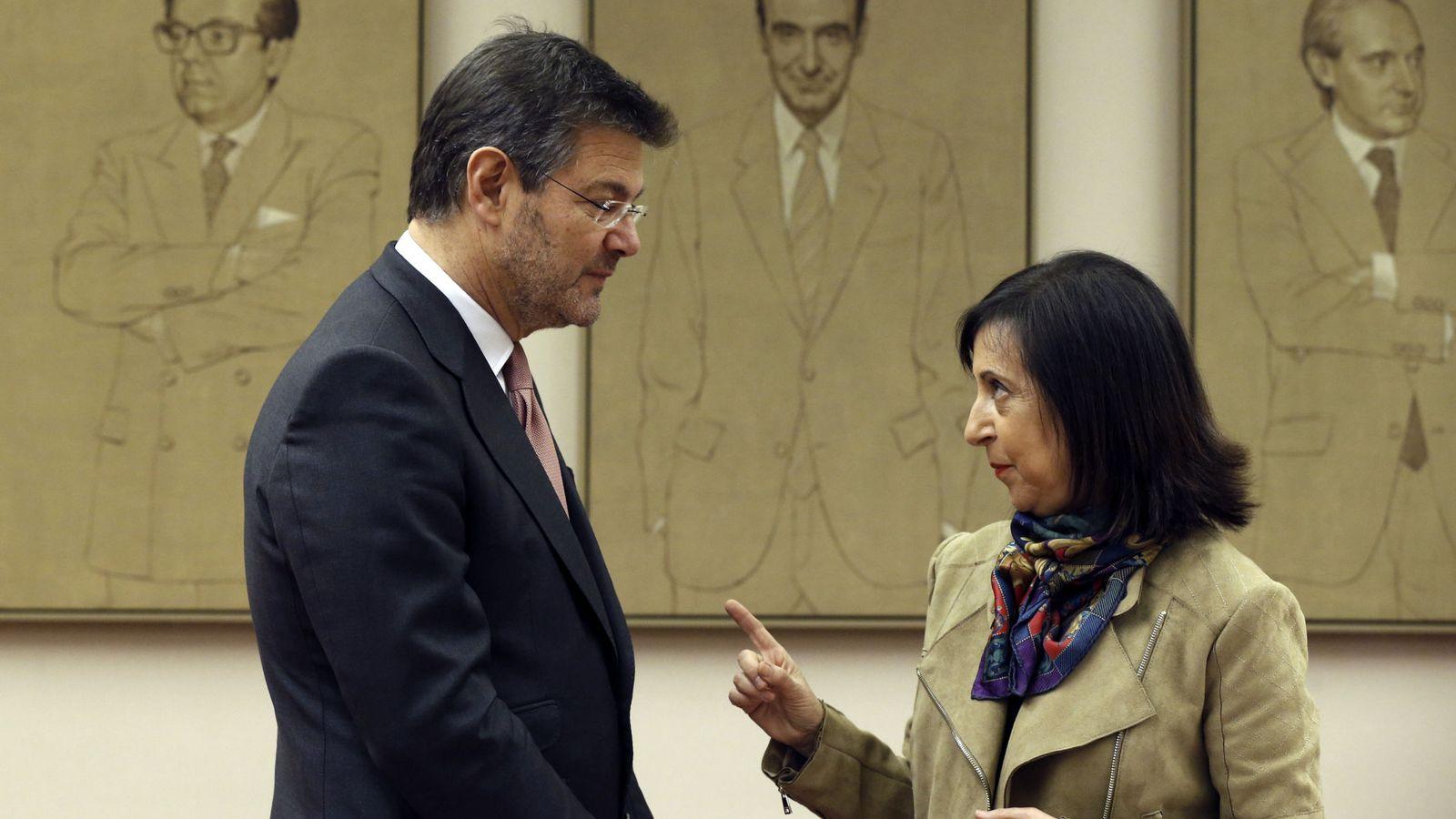 Foto: El ministro de Justicia, Rafael Catalá, con Margarita Robles, portavoz del PSOE en el Congreso. (EFE)