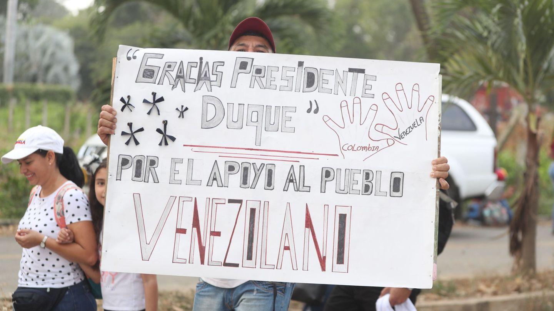 Venezolanos agradecen la ayuda de Colombia en la frontera de Cúcuta. (EFE)