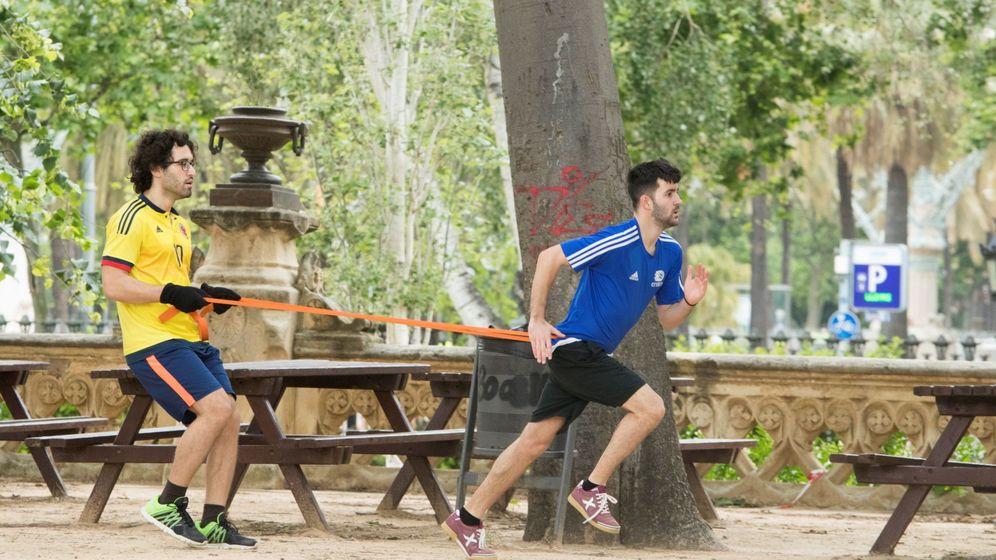 Foto: Dos hombres se entrenan en el parque de la Ciutadella de Barcelona. (EFE)
