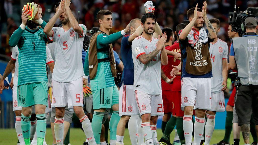 Foto: Los jugadores españoles saludan tras un partido del Mundial. (Reuters)