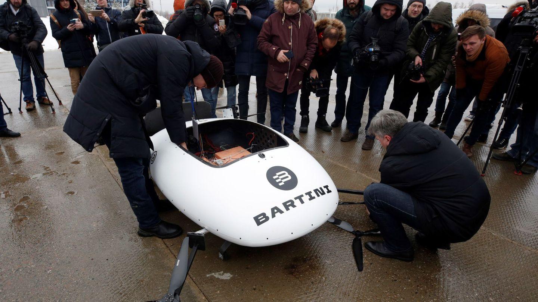 Técnicos de la compañía rusa Bartini montan el prototipo de taxi aéreo eléctrico EVTOL (EFE)