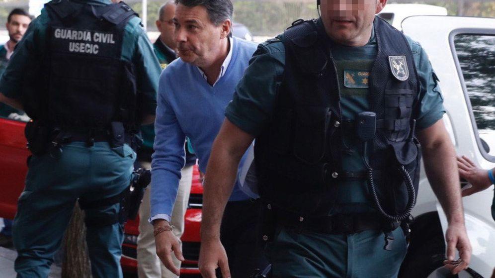 Foto: El expresidente de la Comunidad de Madrid, Ignacio González, a su llegada al despacho que tiene en la calle Alcalá de Madrid. (EFE)