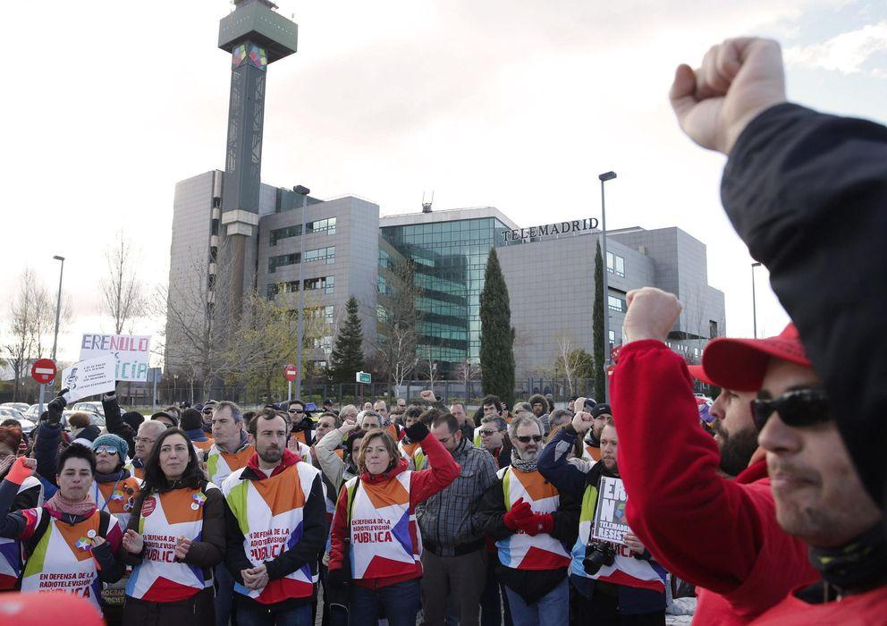 Foto: Trabajadores de Telemadrid se manifiestan esta mañana (Efe)