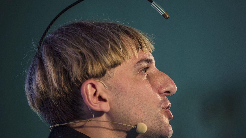 El artista cíborg Neil Harbisson, con una antena implantada en la cabeza que le permite 'escuchar' la luz. (EFE)