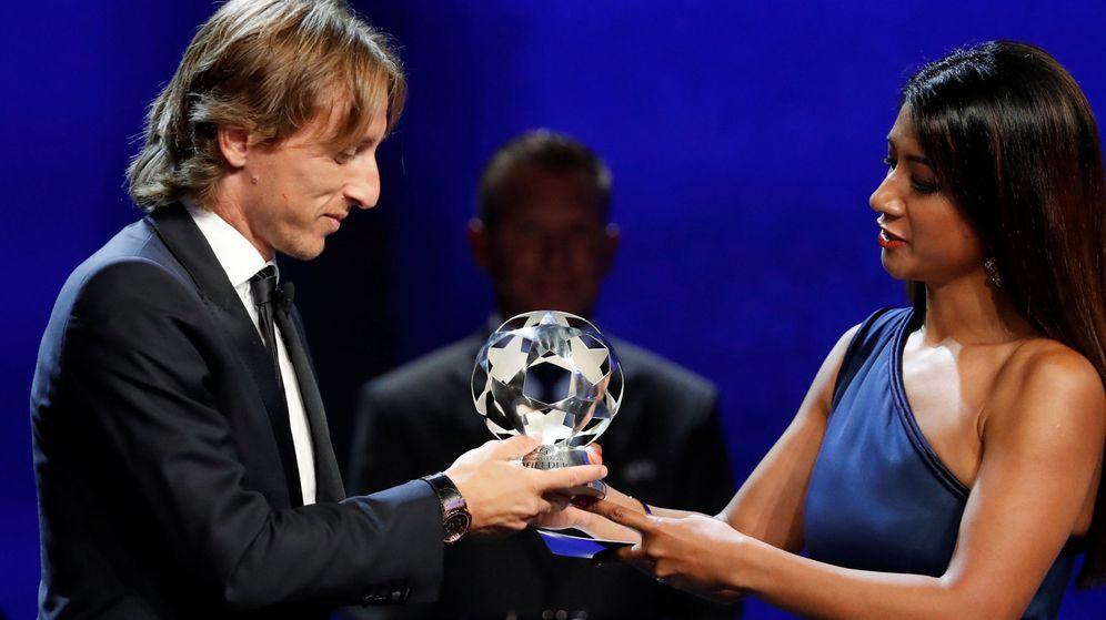 Foto: Luka Modric recibe el premio al Mejor Jugador del Año de la UEFA en la gala celebrada en Mónaco. (Reuters)