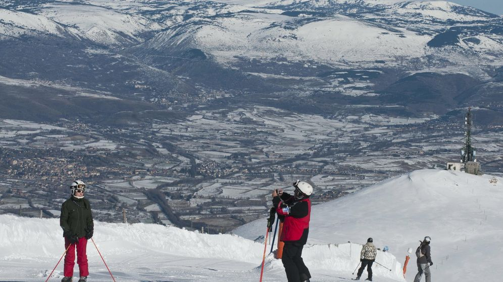 Foto: Varios esquiadores descienden en la estación de esquí de la Molina. (Efe)