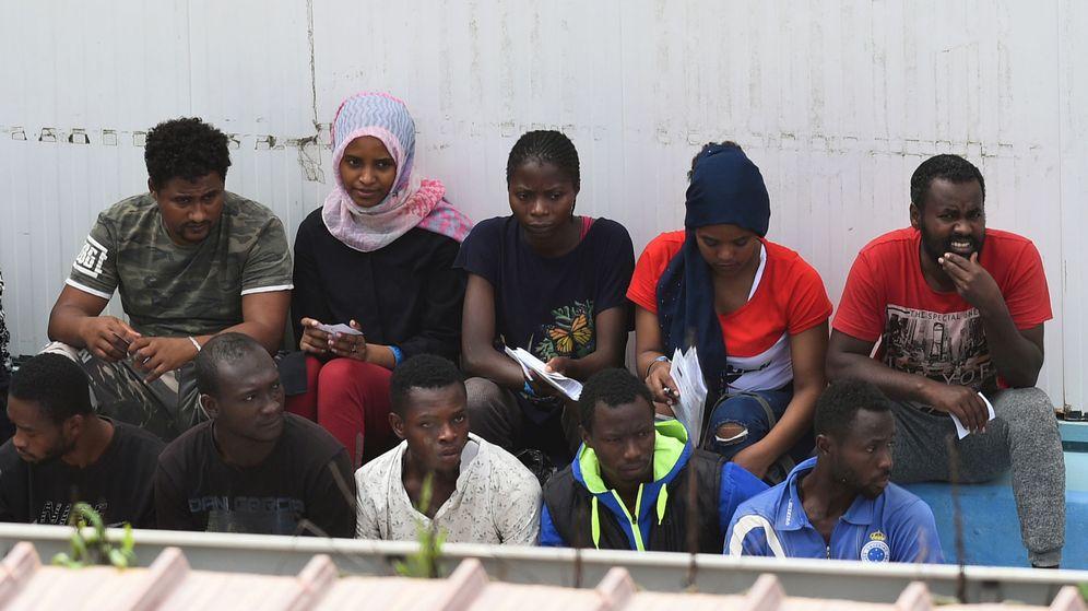 Foto: Migrantes del Open Arms, durante su desembarco en Lampedusa. (Reuters)