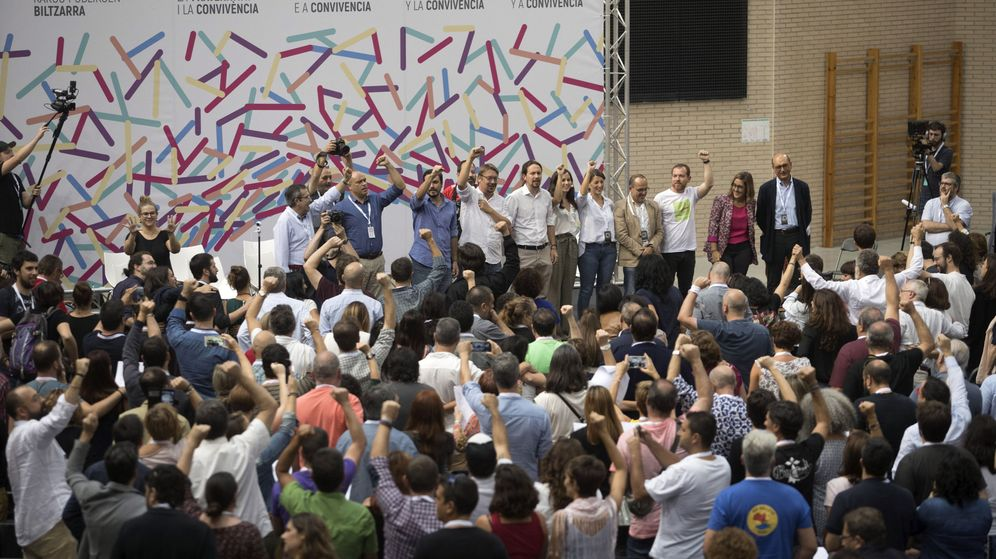 Foto: Cierre de la asamblea de cargos electos impulsada por Unidos Podemos para reclamar un referéndum pactado en Cataluña. (EFE)