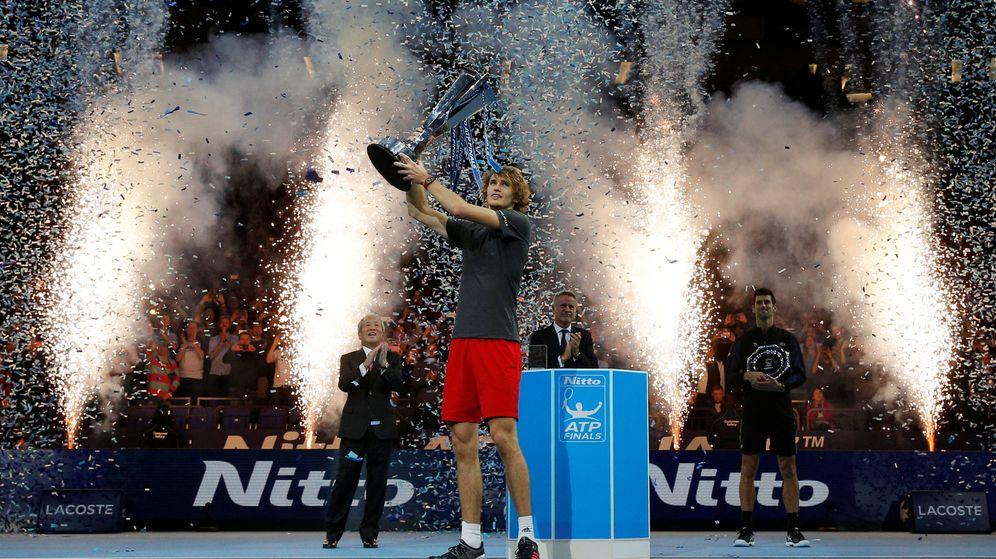 Foto: Alexander Zverev celebrando la victoria en las pasadas finales de la ATP en el O2 Arena de Londres. (Reuters)