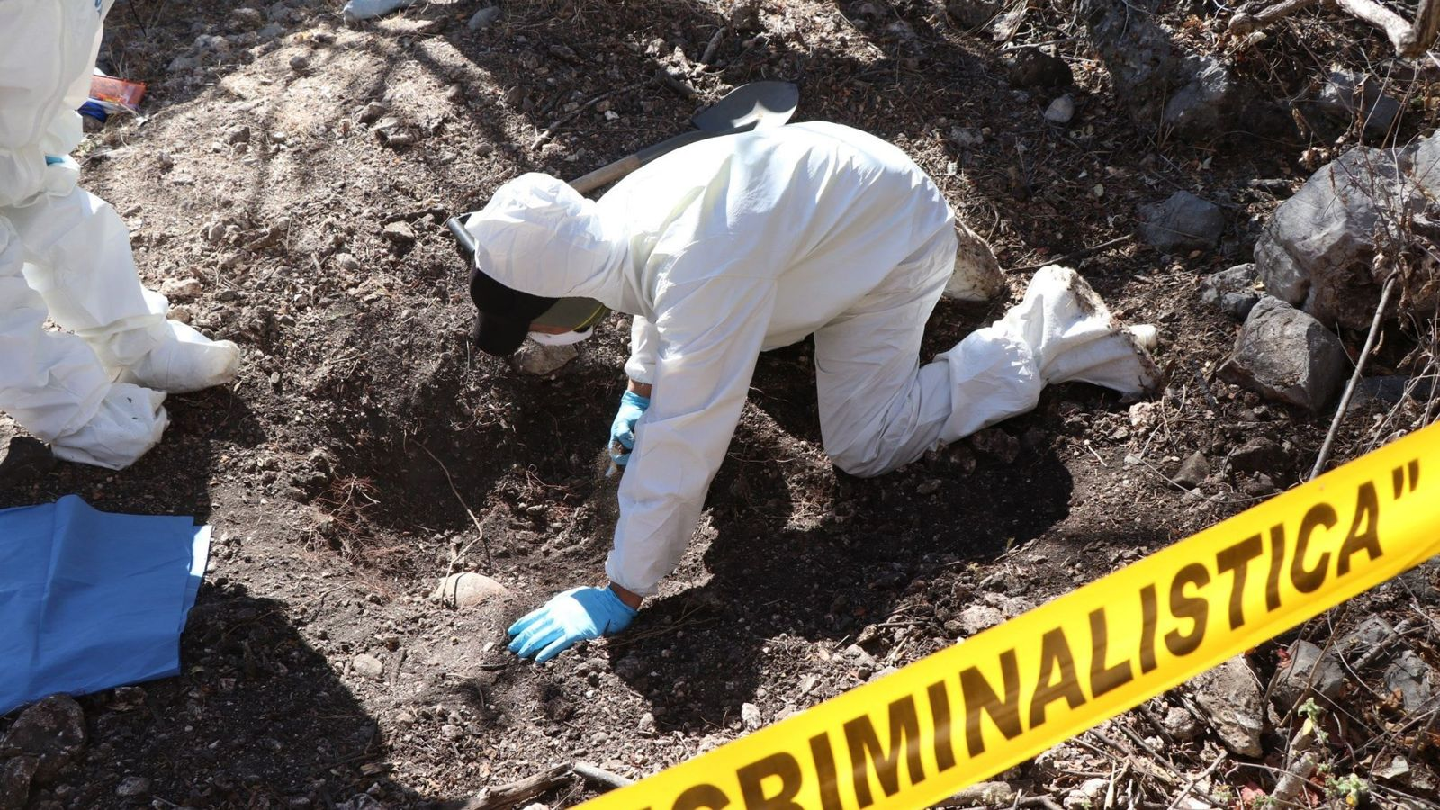 Foto: Foto de archivo de unos peritos de la Fiscalía General de México recogen información del sitio donde hallaron otra fosa clandestina en el Cerro de los Timbres. (EFE)