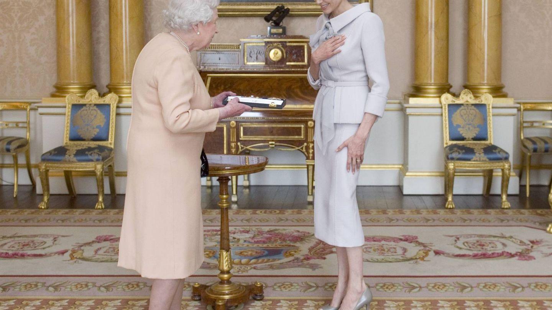 Angelina Jolie y la reina Isabel II de Inglaterra. (Gtresonline)