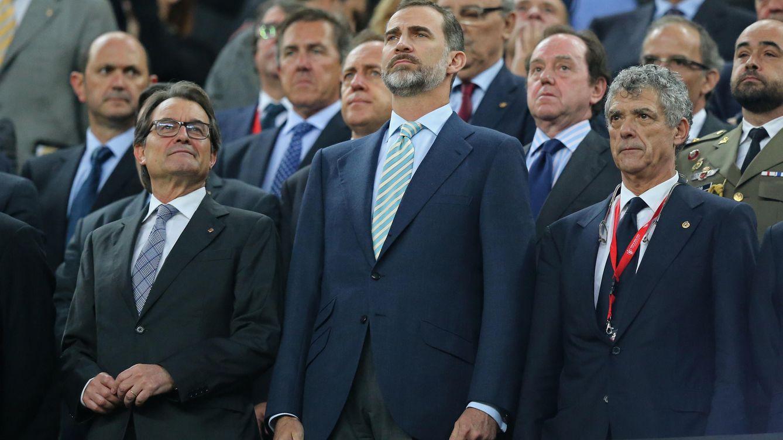Foto: El Rey junto a Villar y Artur Mas en el palco del Camp Nou (Reuters).