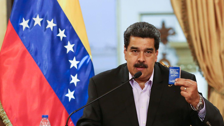 Nicolás Maduro enarbola una copia de la Constitución de Venezuela durante un encuentro con diplomáticos retirados de EEUU, en Caracas, el 29 de enero de 2019. (Reuters)