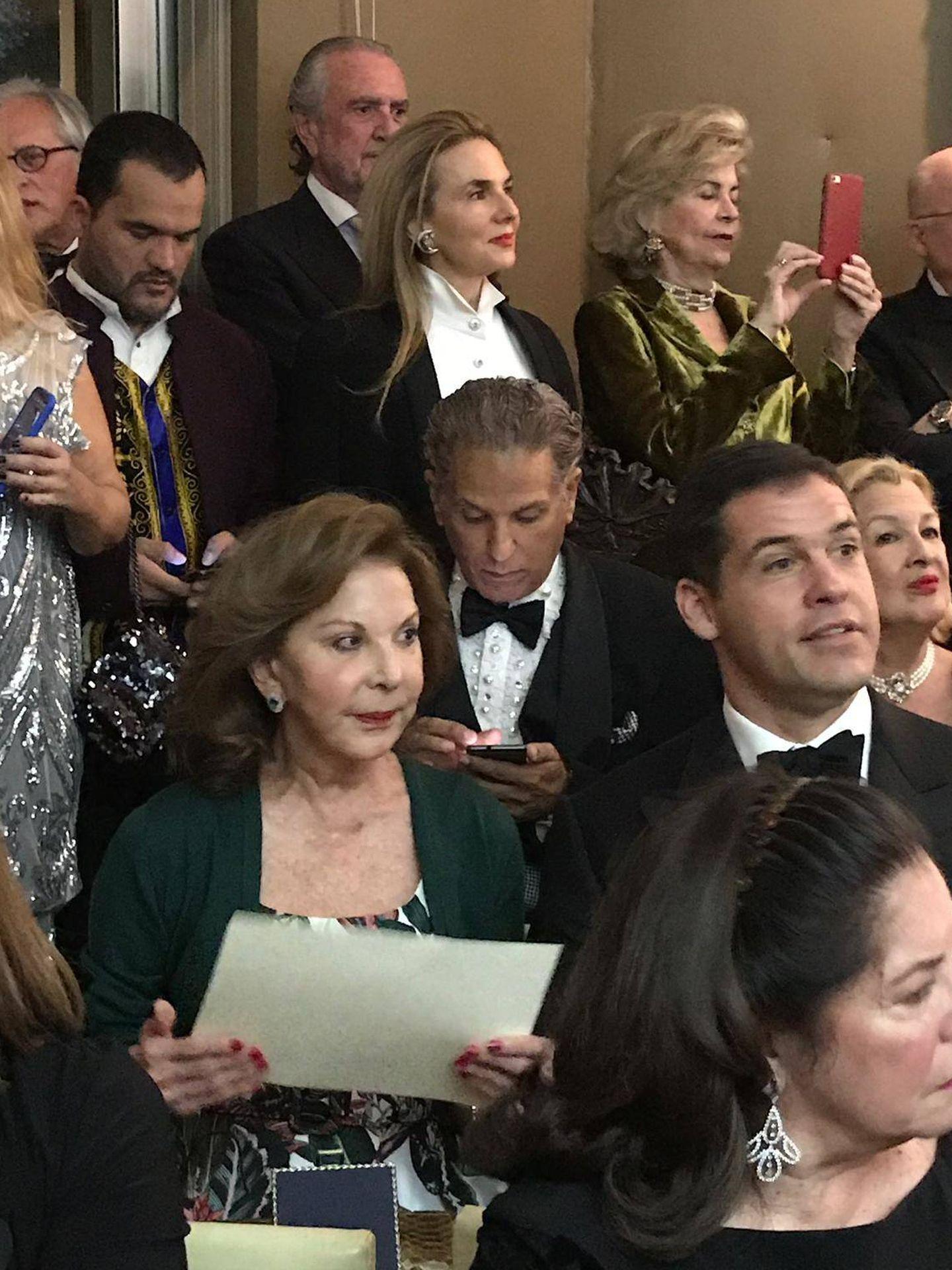 Luis Alfonso, junto a algunos invitados. (Paula Fuster y Rosa Gallego)