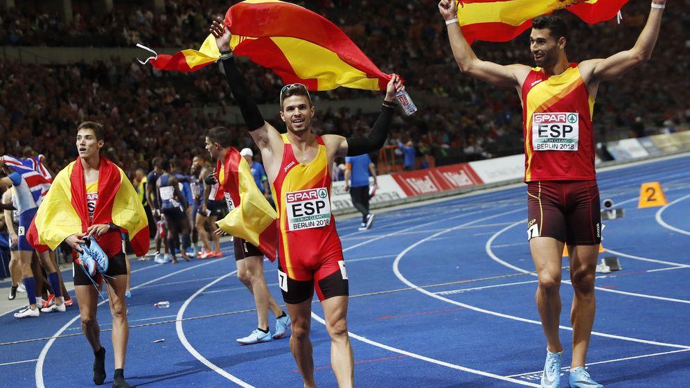 Foto: La vuelta a la pista de los medallistas españoles en el 4x400. (EFE)