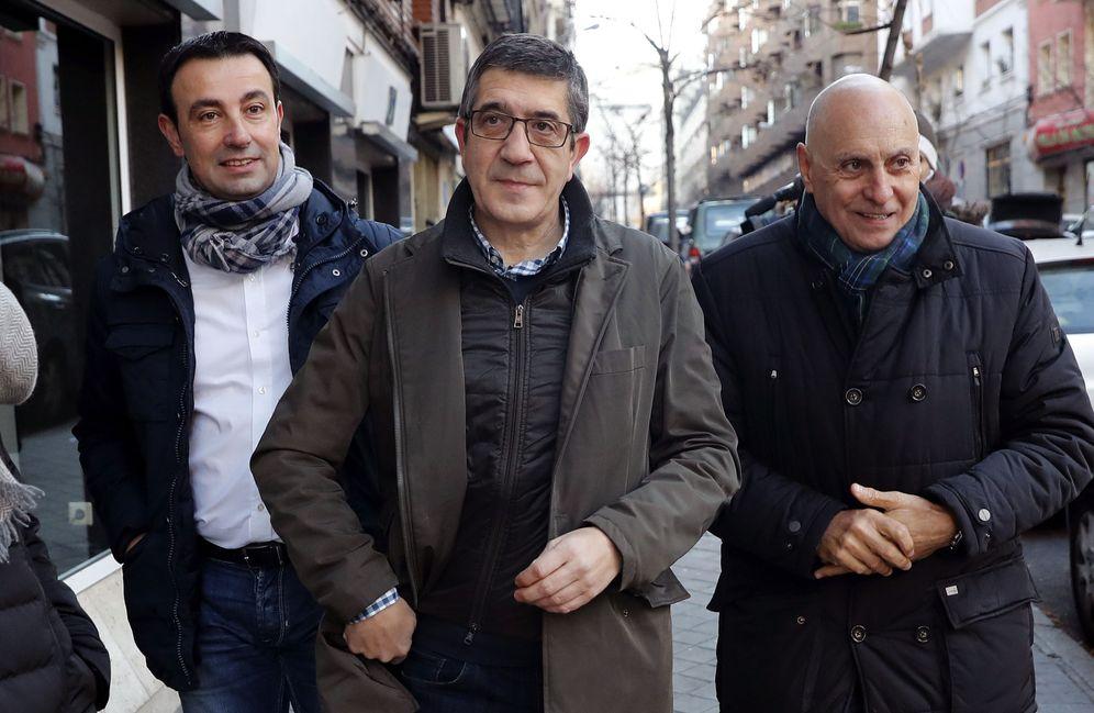 Foto: Patxi López, llegando este sábado al comité federal del PSOE, acompañado de Rodolfo Ares, su mano derecha. (EFE)