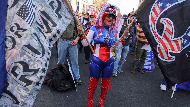 Una partidaria de la teoría conspiratoria QAnon, durante una marcha trumpista contra los resultados electorales. (Foto: Reuters)