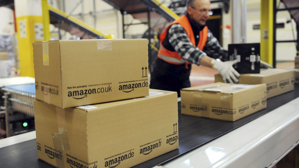 Foto: Un operario coloca cajas en un almacen de Amazon de Alemania. (EFE)