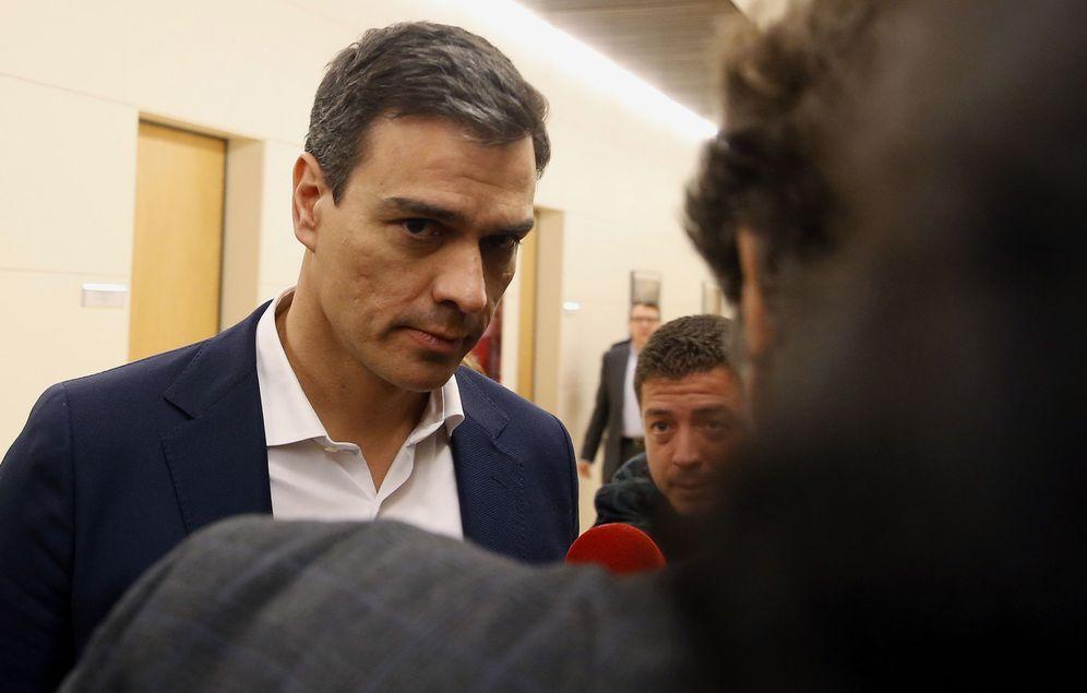 Foto: Pedro Sánchez, a su llegada a la reunión con su comisión negociadora, este 8 de abril en el Congreso. (EFE)