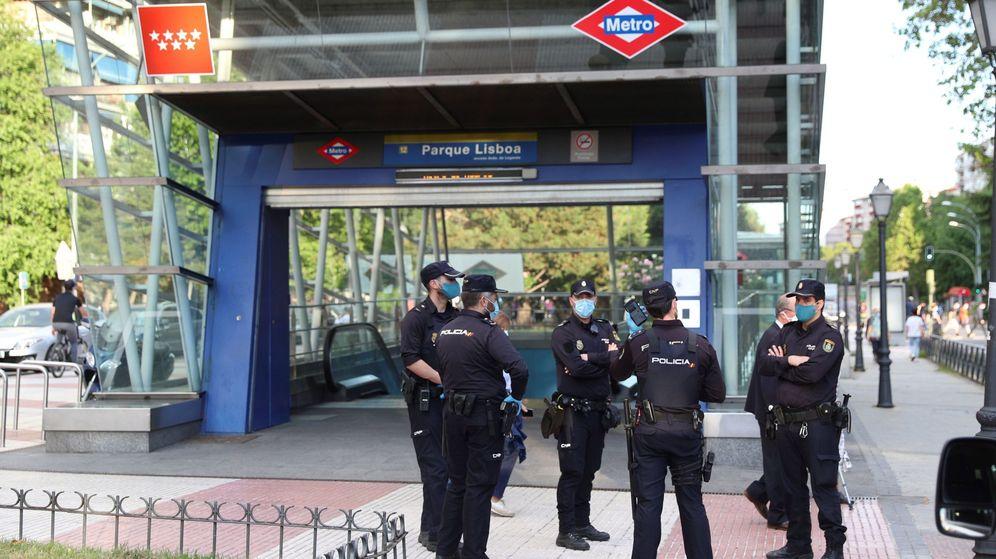 Foto: - Miembros de la Policía Nacional patrullan este los alrededores de una parada de metro. (Efe)