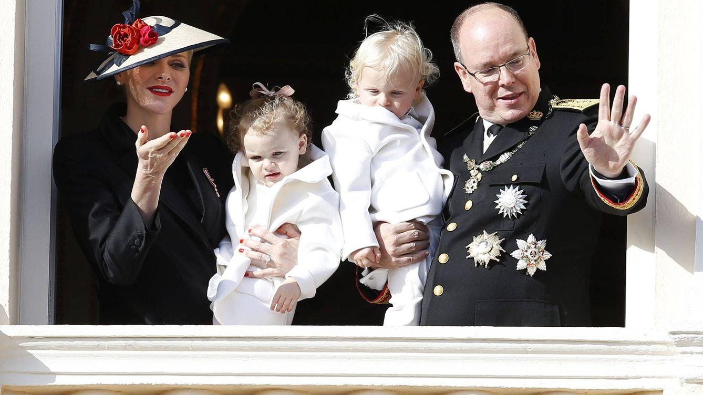 El 'look' azafata de Carlota sin Sanfelice y la sonrisa de Charlene marcan el Día de Mònaco