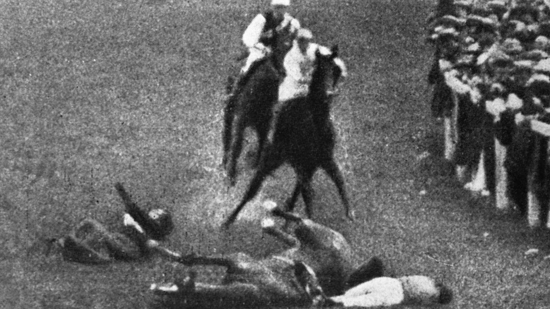 Emily Davison en el momento de ser arrollada por el caballo.