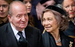Los Reyes eméritos reculan y asisten al funeral de la duquesa