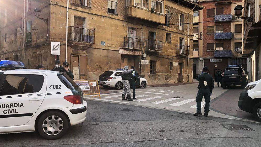 Foto: Varios agentes de la Guardia Civil notifican, puerta a puerta, a los vecinos la obligación de permanecer en sus casas. (EFE)