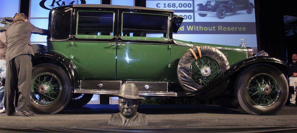 Foto: El Cadillac V8 Town Sedan de 1928 que perteneció a Al Capone se exhibe en Phoenix. Ante el coche, un busto del mafioso (Reuters).