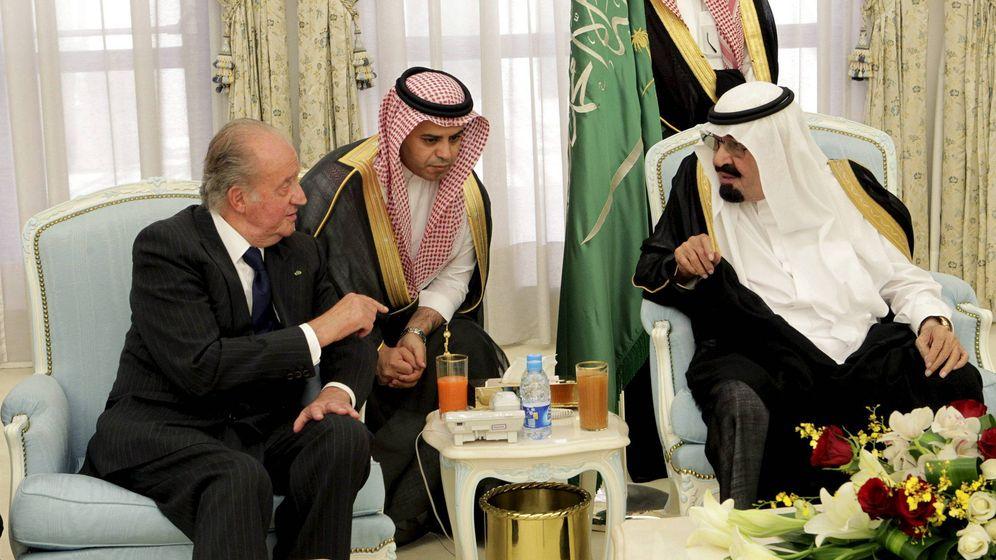 Foto: Juan Carlos I, en su viaje en 2012 a la ciudad saudí de Taif para expresar su pésame al rey de Arabia Saudí Abdalá bin Abdelaziz (d), tras la muerte de su hijo. (EFE)