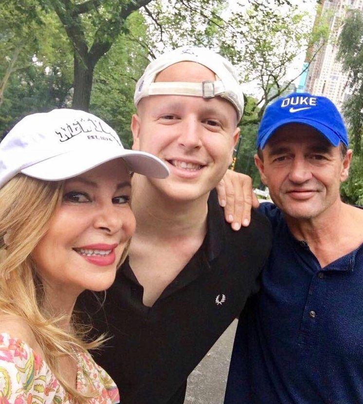 Foto:  Álex Lequio, con sus padres. (Instagram)