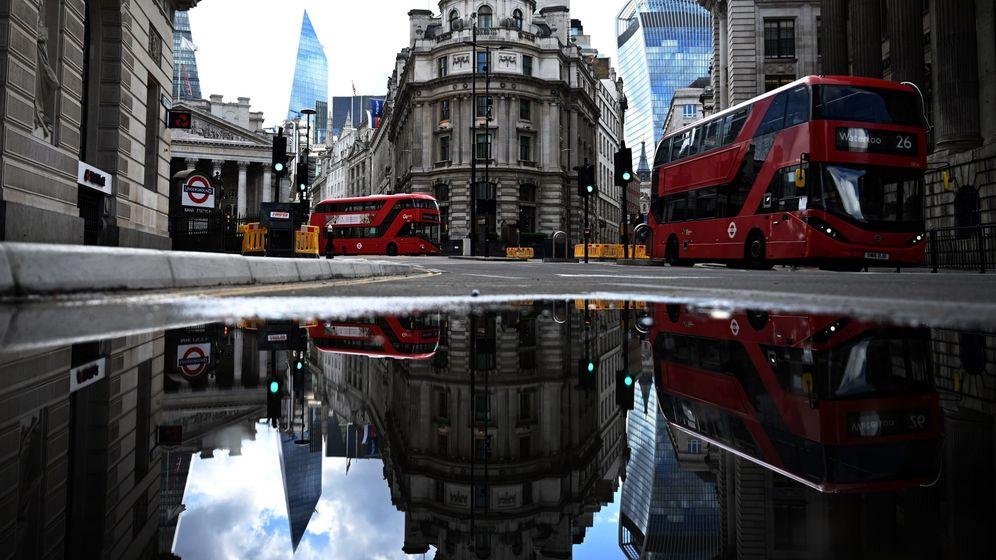 Foto: Los autobuses rojos pasan junto al Banco de Inglaterra, en Londres. (EFE)