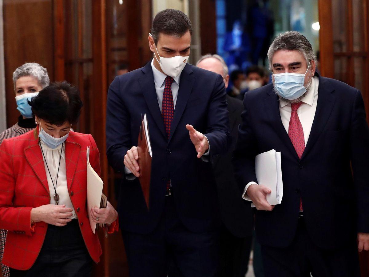 Foto: El ministro de Cultura, Rodríguez Uribes, junto a Pedro Sánchez. (EFE)