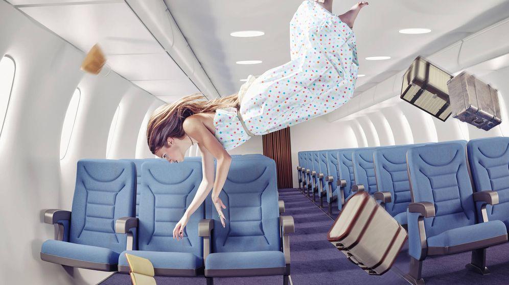 Foto: Una mujer da una vuelta de campana en un avión. (iStock)