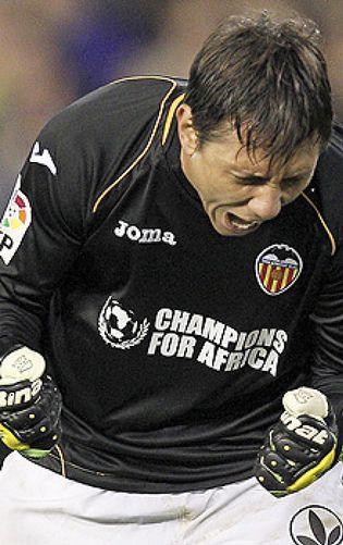 Foto: Diego Alves, el 'parapenaltis' oficial de la Liga, se convierte en el último muro de Messi