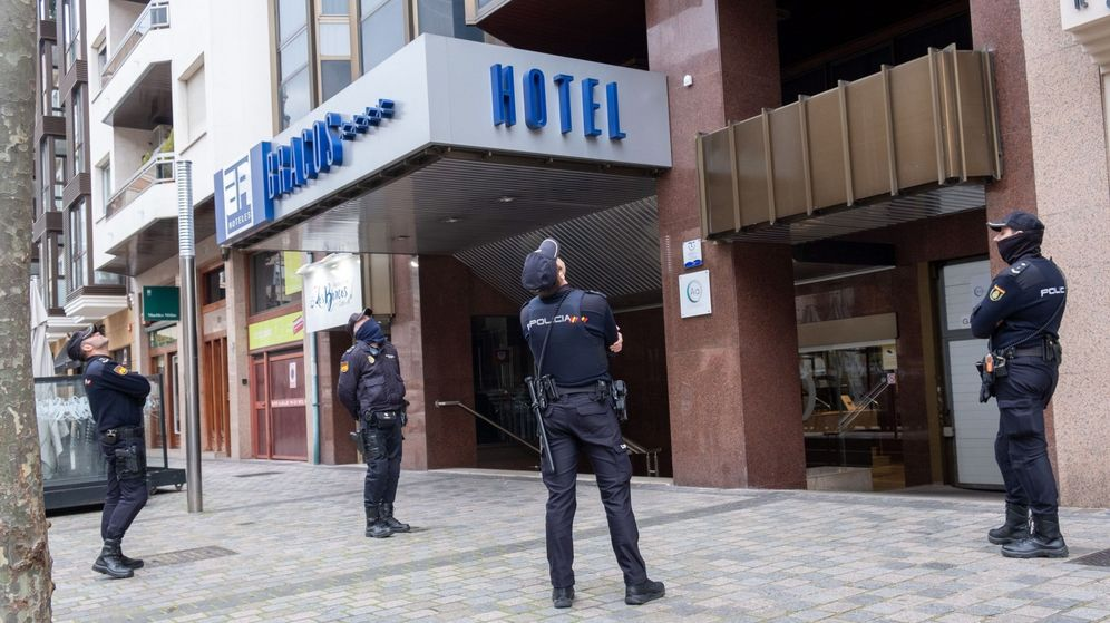 Foto: Varios policías observan las ventanas del hotel de Logroño, La Rioja. (EFE)