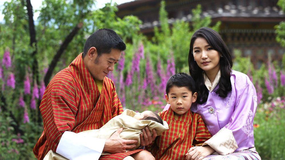 Foto: Los reyes de Bután, con sus dos hijos. (Royal Office For Media)