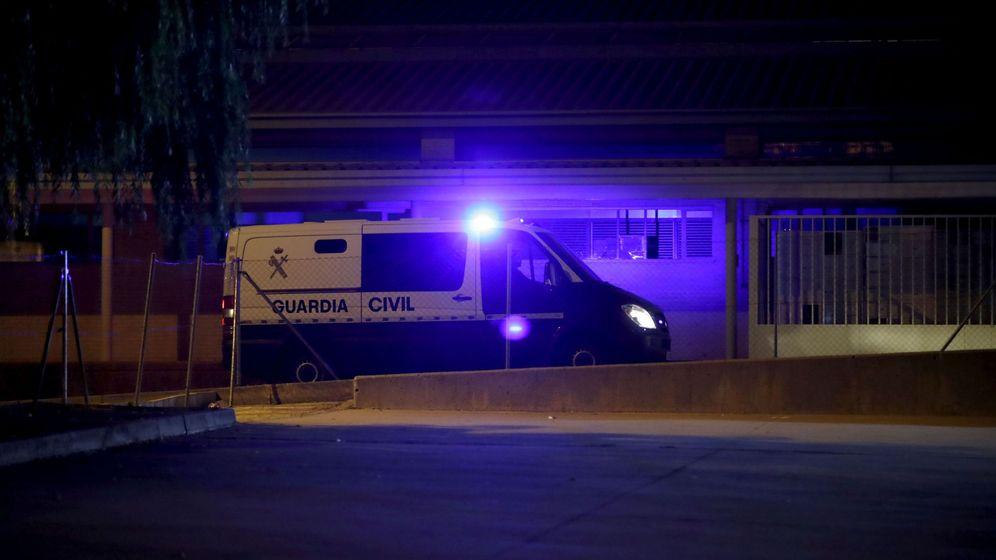 Foto: Llegada a la cárcel de Soto del Real, en Madrid, de un furgón de la Guardia Civil con los líderes de la ANC y Òmnium. (EFE)