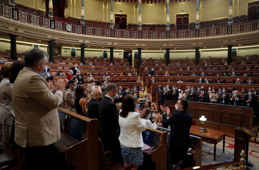 Foto: La bancada socialista al completo aplaude al presidente del Gobierno, Pedro Sánchez, este 29 de julio en el Congreso. (EFE)