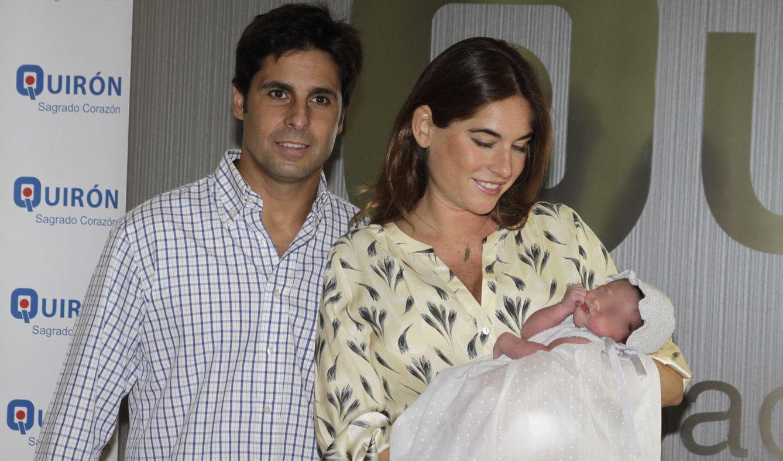 Foto: Fran Rivera y Lourdes Montes presentan a la pequeña Carmen