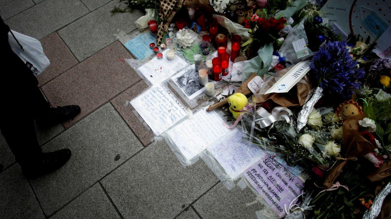 Vista de las flores y los mensajes dejados en el lugar en el que fue asesinado Samuel Luiz. (EFE)